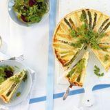 Spargel-Quiche mit Salat