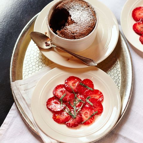 Schokoladen-Soufflé mit Erdbeeren