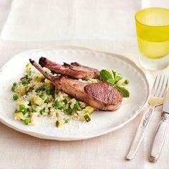 Zucchini-Erbsen-Risotto mit Lammkoteletts