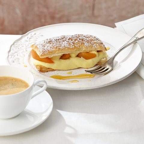 Vanillecreme und Aprikosen überzeugen zwischen buttrigem Blätterteig.
