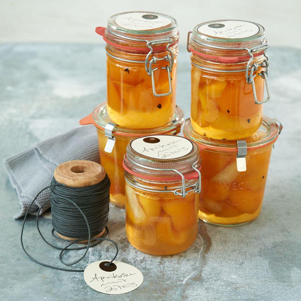Aprikosen mit Orangenlikör und Zimtblüten