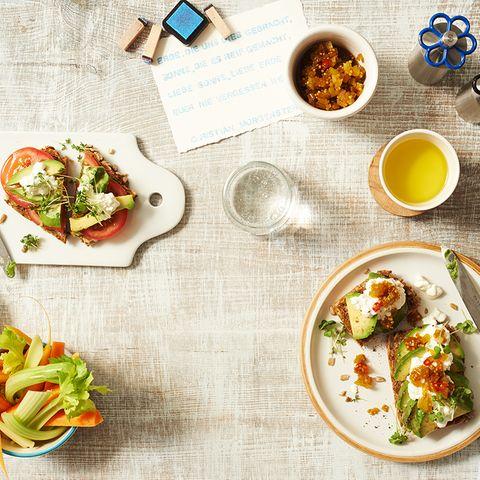 Schnitte mit Avocado und Sellerie-Chutney