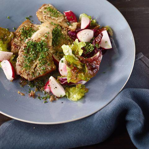 """Braten-""""Schnitzel"""" mit Radieschensalat"""