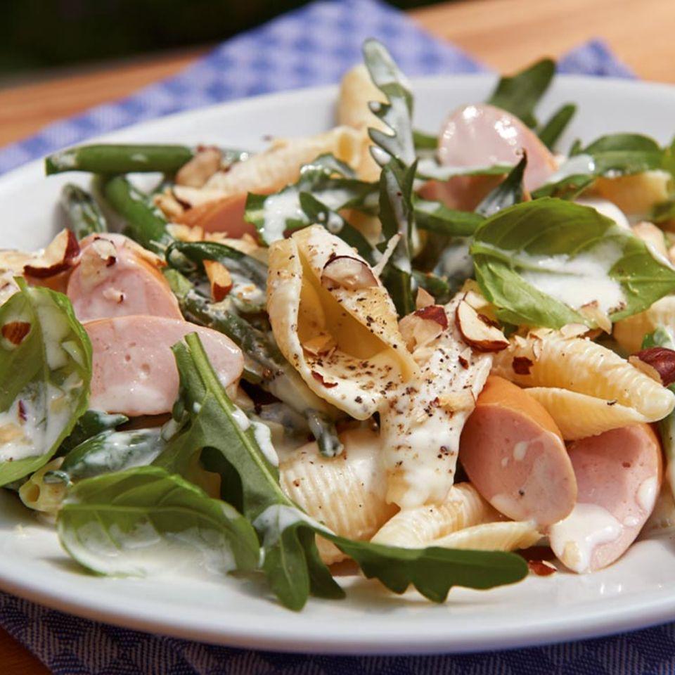 Nudelsalat mit Bohnen und Würstchen