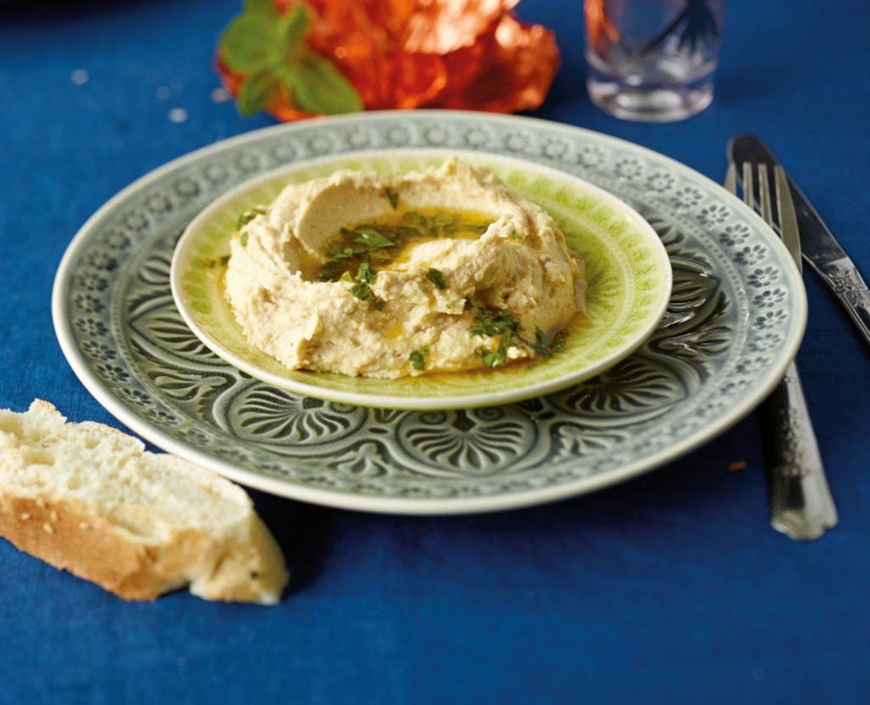 Hummus ist ein orientalischer Dip aus Kichererbsen und Sesampaste