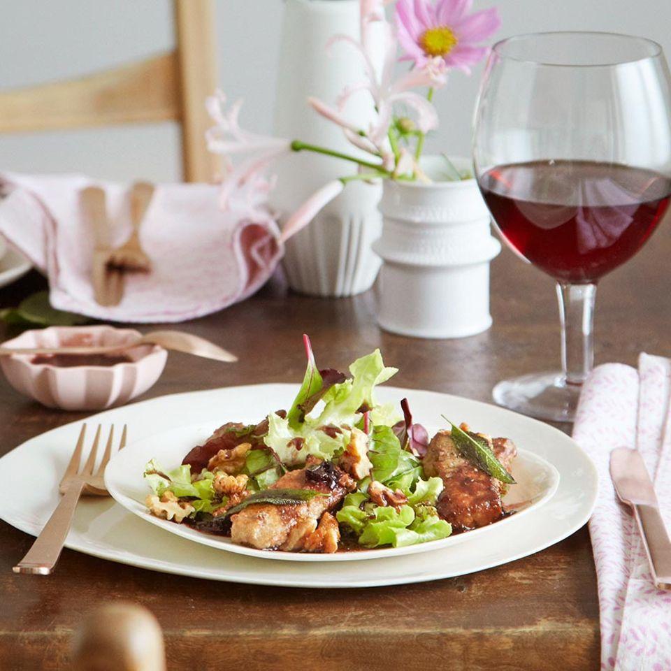 Salat mit Kalbsleber-Streifen und Holunder-Vinaigrette