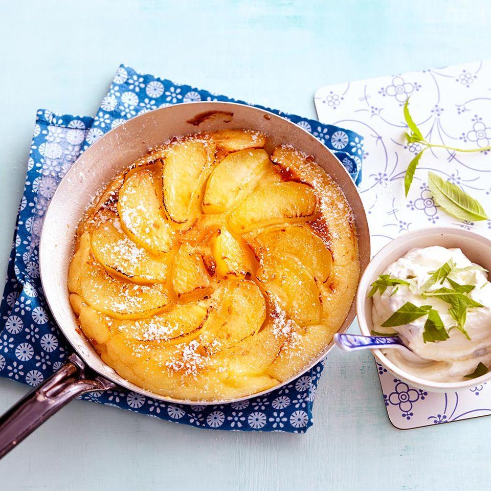 Apfelpfannkuchen mit Verbenensahne
