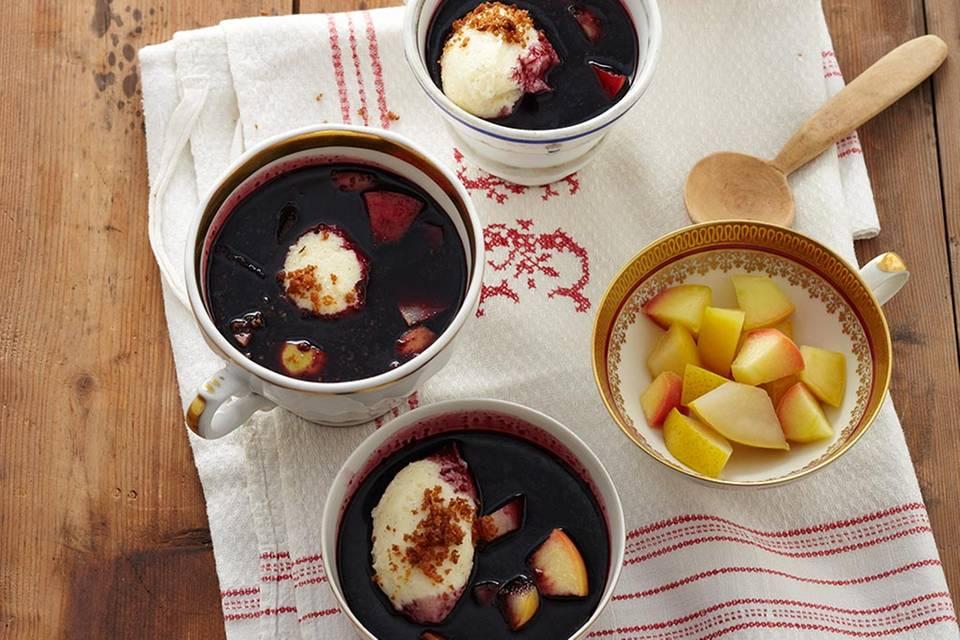 Holundersuppe mit Griessnocken und Apfel-Birnen-Kompott Rezept