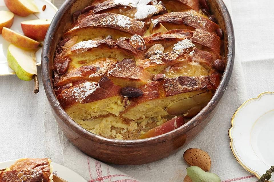 Apfel-Brot-Auflauf mit Mandeln und Marzipan Rezept