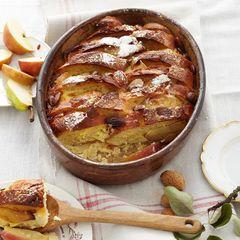 Apfel-Brot-Auflauf mit Mandeln und Marzipan