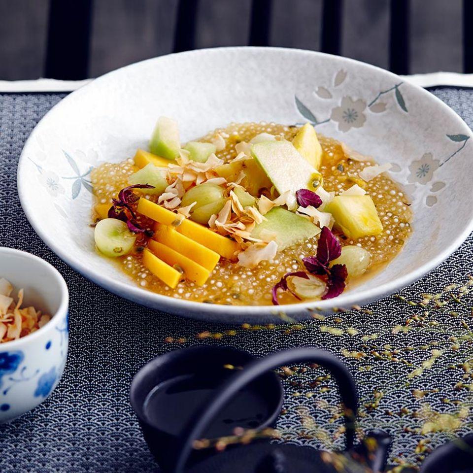 Obstsalat mit Tapioka und grünem Tee