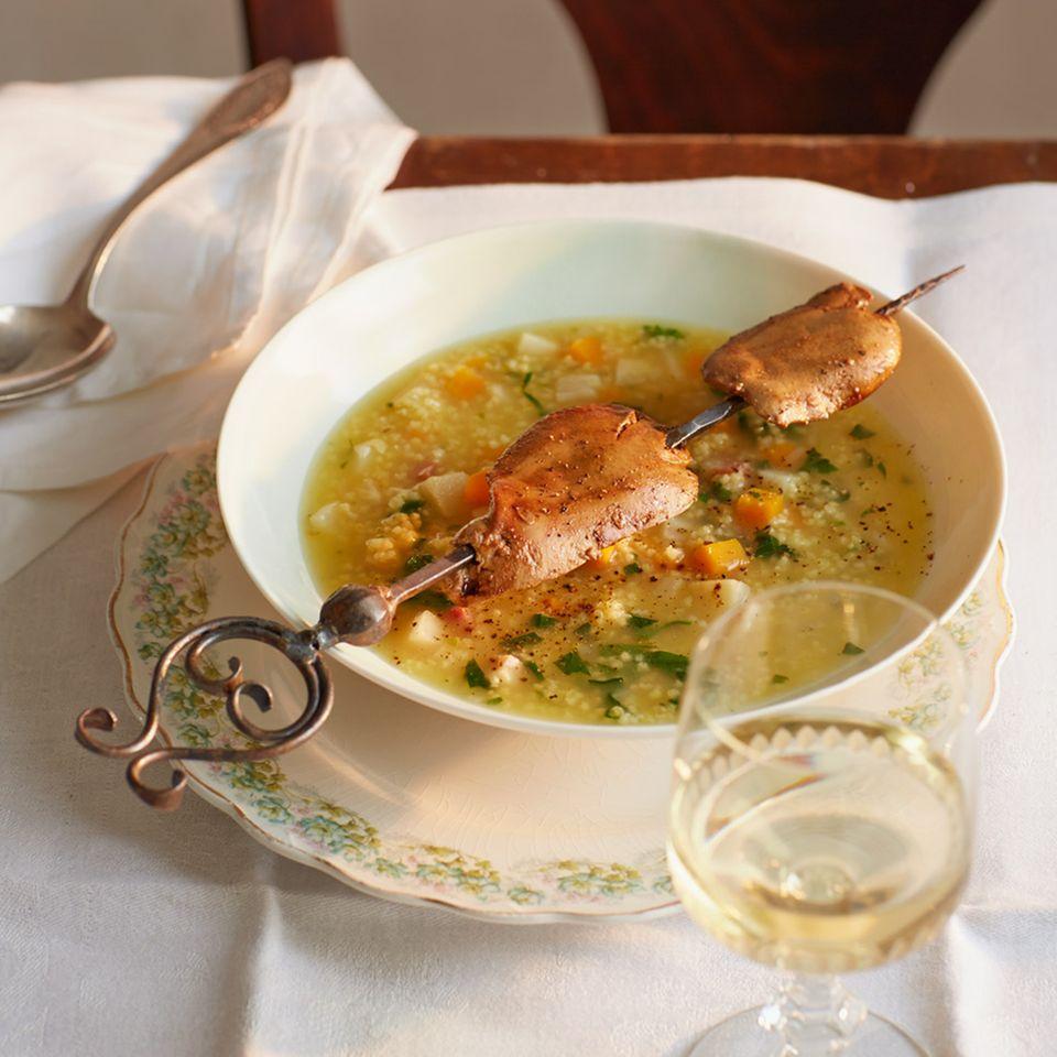 Hirsesuppe und gebratene Geflügelleber