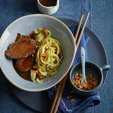Rinderbacke mit Grüntee-Nudel-Salat