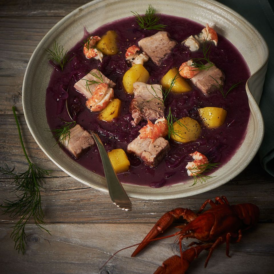 Rotkohlsuppe mit Schweinebauch und Flusskrebsen