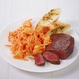 Steak mit Möhren-Mandarinen-Salat