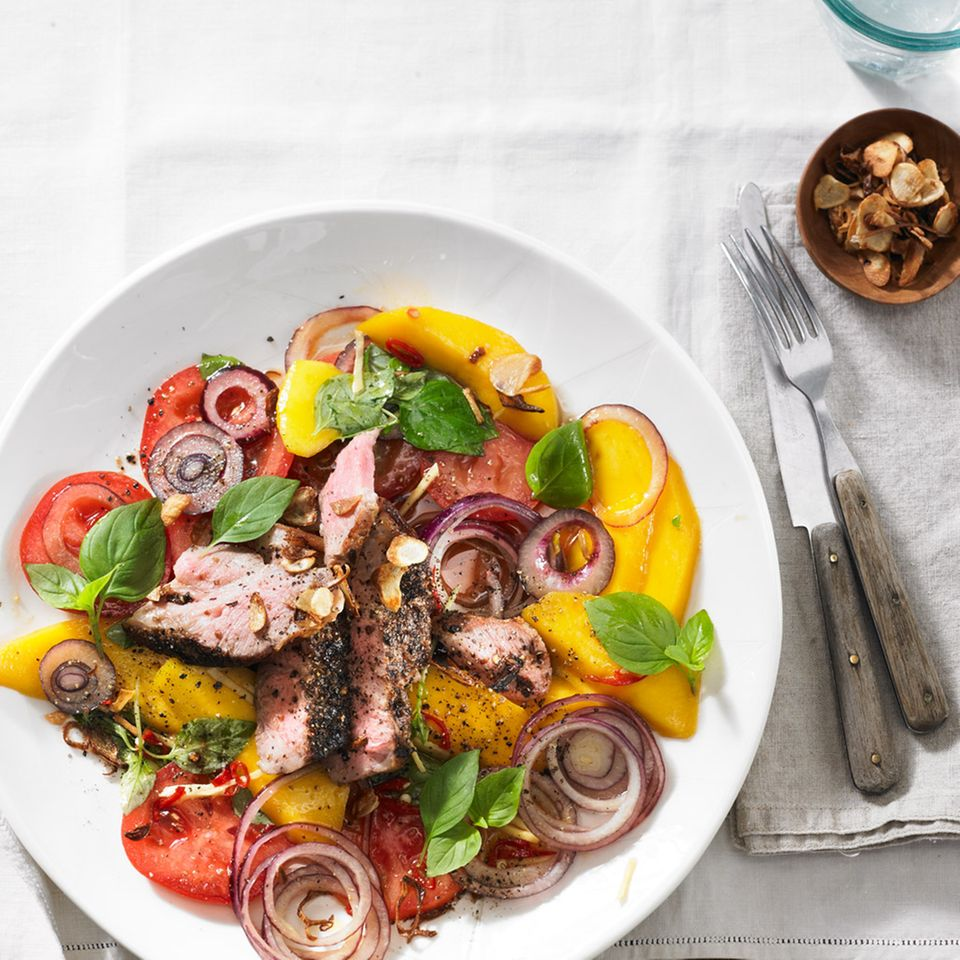 Schweinenacken auf fruchtig-scharfem Salat