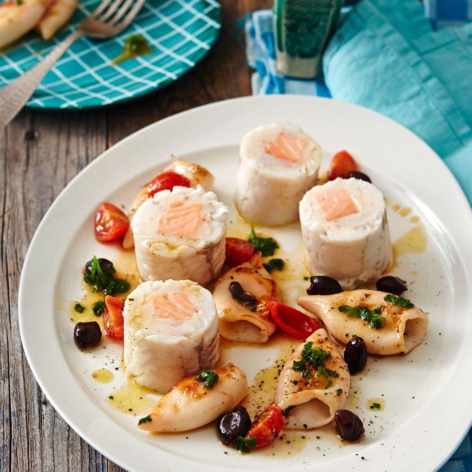 Zander-Lachs-Roulade mit Calamari und Oliven