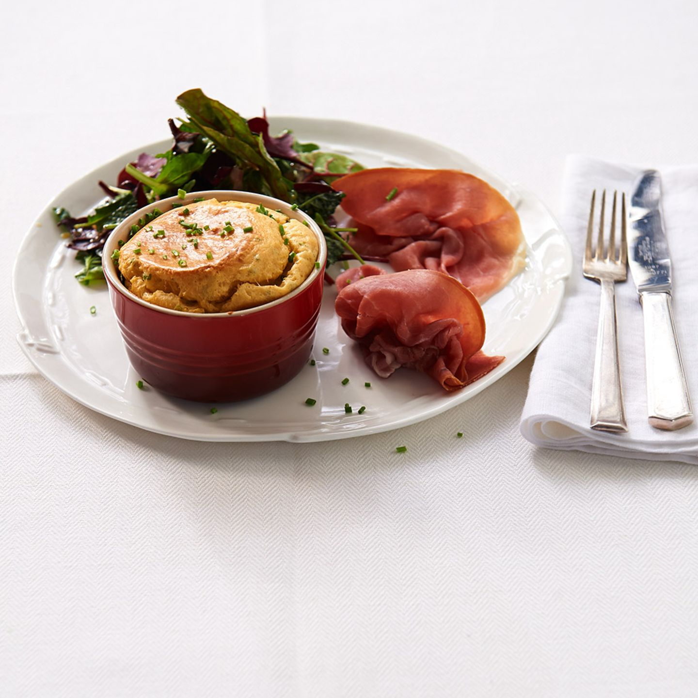 Käse-Soufflé mit Salat und Schinken
