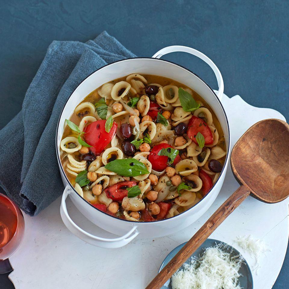Eintopf mit Orecchiette und mediterranem Gemüse