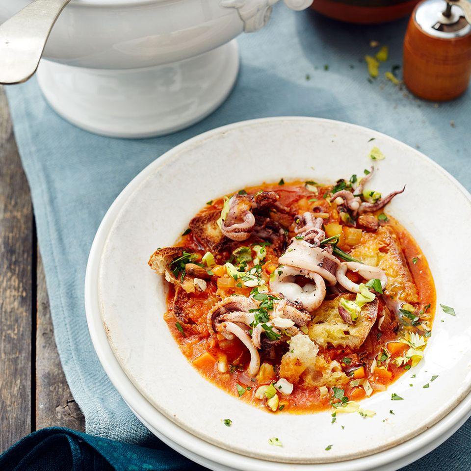 Tomaten-Brot-Suppe mit Calamari