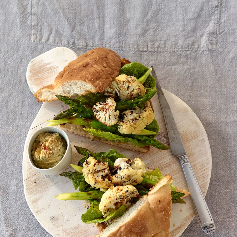 Fladenbrot mit Spargel und Hummus