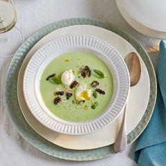 Basilikumssuppe mit Morcheln und Wachtelei