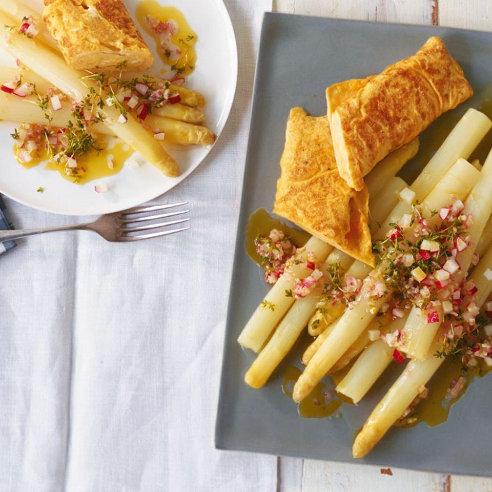 Spargel mit Radieschen-Vinaigrette und Omelett