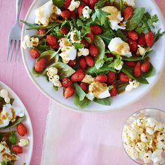 Erdbeer-Kräuter-Salat mit Burrata