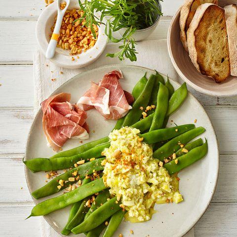 Bohnen mit Eier-Oliven-Sauce und Pinienkernsalz