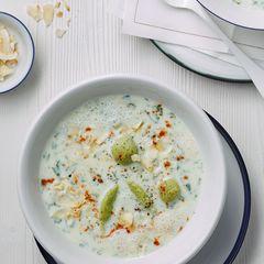 Kalte Kräuter-Buttermilch-Suppe mit Quarknocken