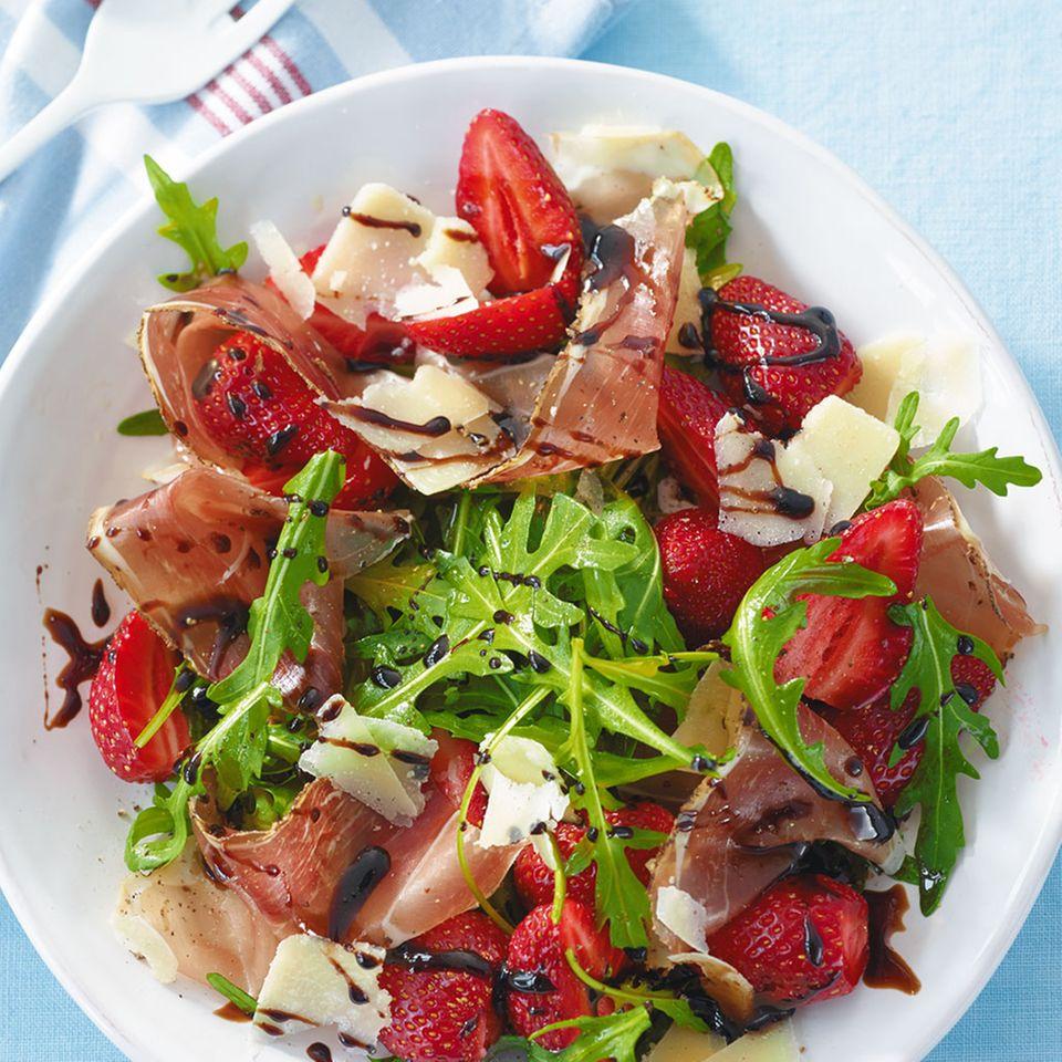 Erdbeer-Rauke-Salat mit Schinken
