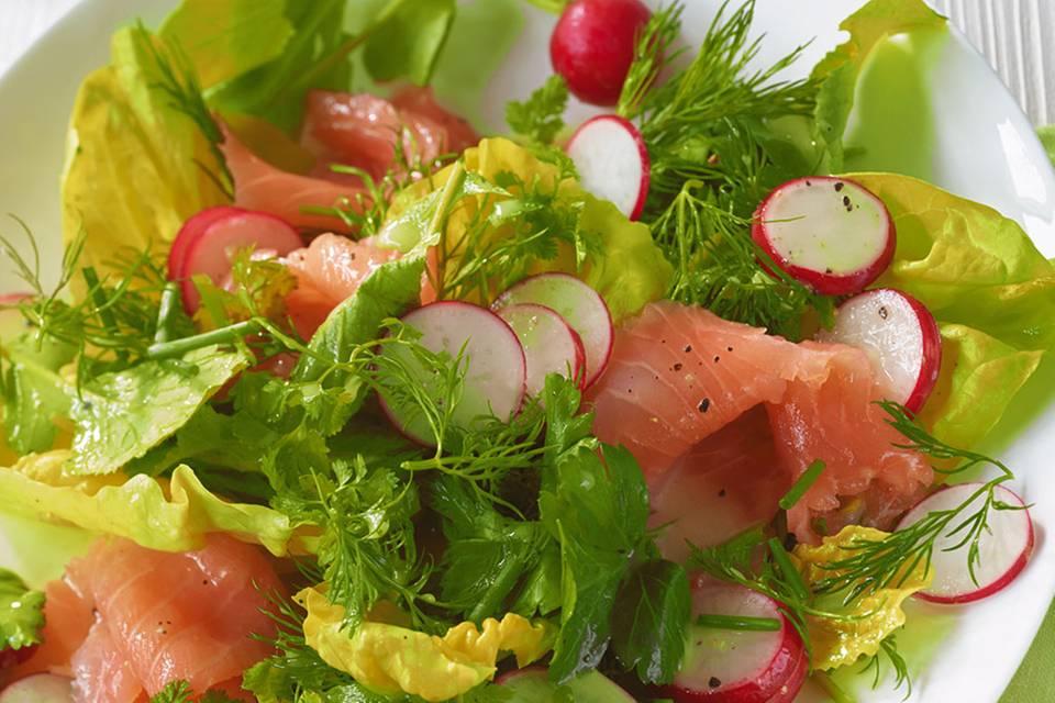 Kräutersalat mit Lachs Rezept