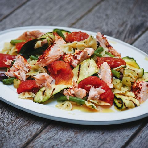 Gemüse-Nudel-Salat mit Lachs