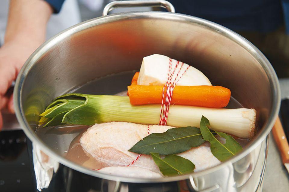 Die Zubereitung von Hühnerbrühe mit Suppengrün