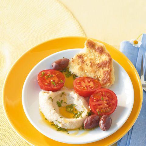 Bohnencreme mit Tomaten und Fladenbrot