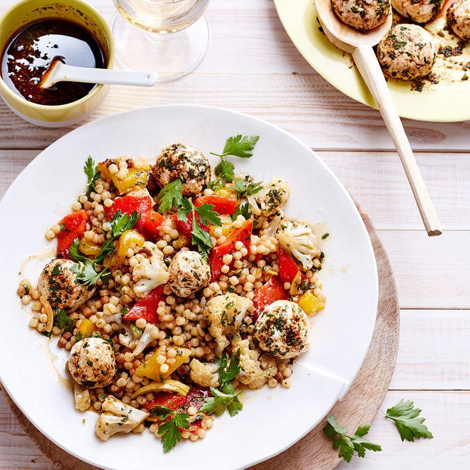 Fregola-Gemüse-Salat mit Joghurtbällchen