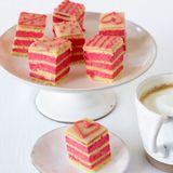 Zuckersüß: Die kleinen Himbeer-Küchlein sind Schicht für Schicht ein Genuss.