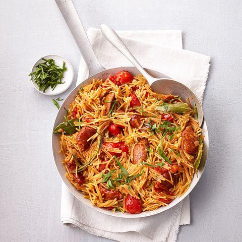 Chorizo und Lorbeer machen die spanische Pasta wunderbar würzig.