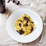 Von Butter umhüllte selbst gemachte Nudeln, dazu frischer Trüffel - so einfach kann genialer Geschmack sein.