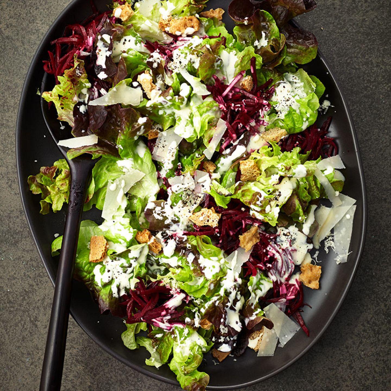 Salat mit Meerrettich-Caesar-Dressing