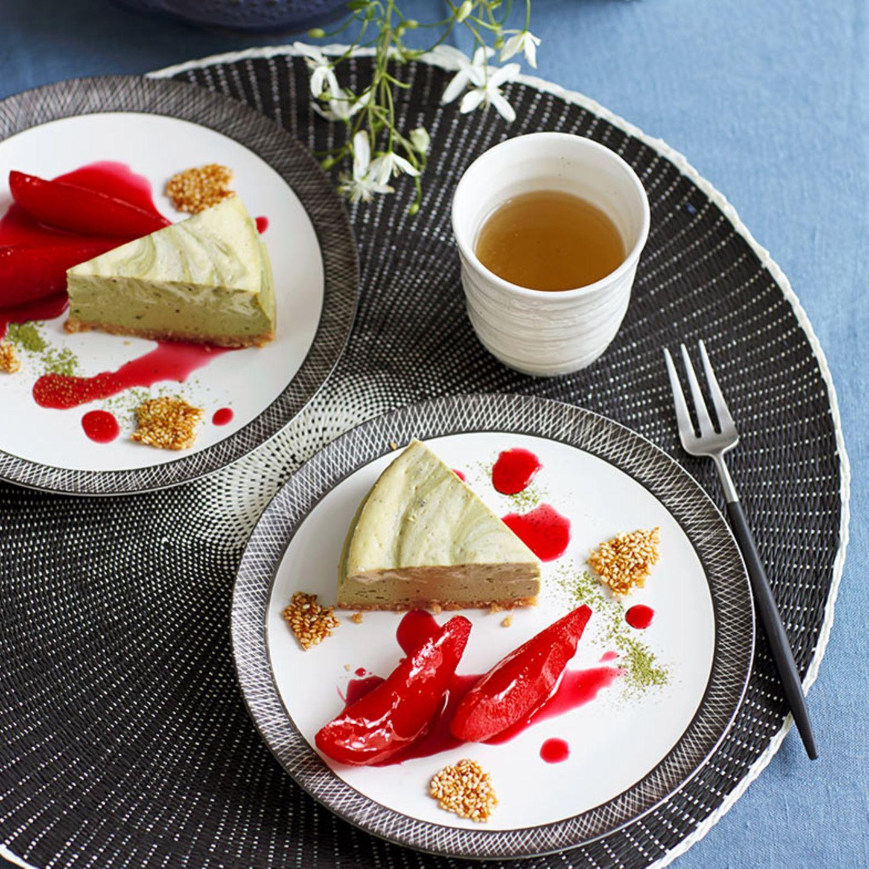 Matcha-Cheesecake mit pochierten Birnen