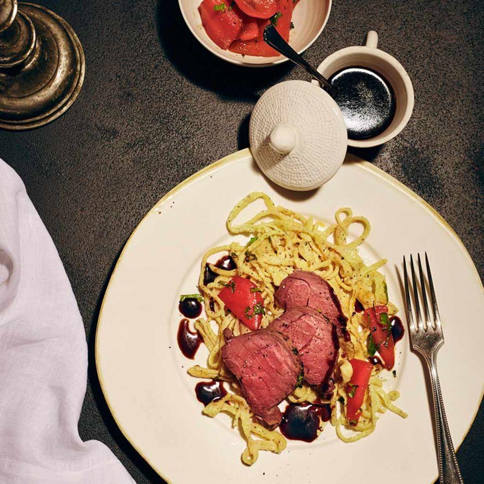 Rehnuss rosa gebraten mit Spätzle und Paprika