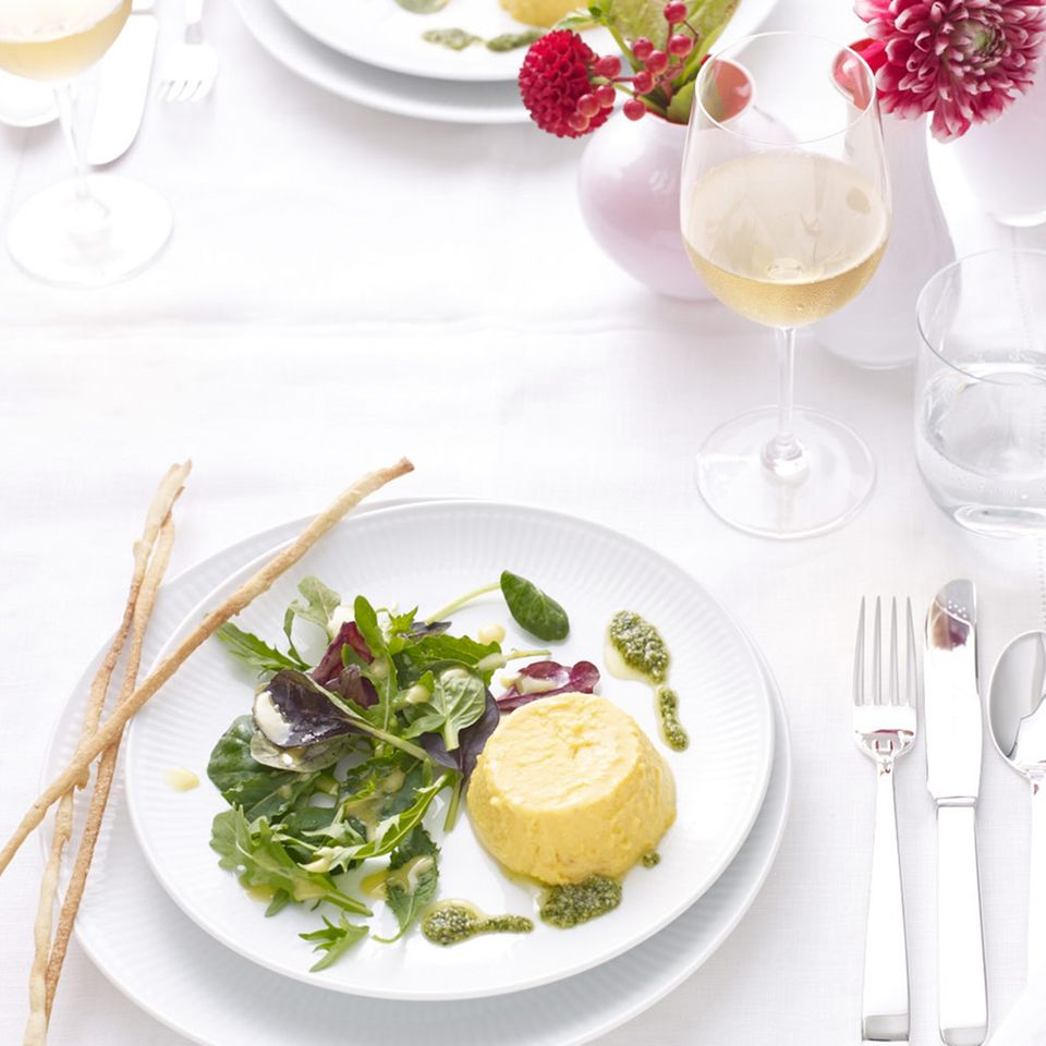 Kürbis-Flan mit Salat und Feldsalat-Pesto