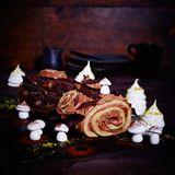 Die französische Biskuitroulade ist nicht ohne Grund ein echter Weihnachtsklassiker: Luftiger Teig umhüllt von schokoladiger Buttercreme...himmlisch!