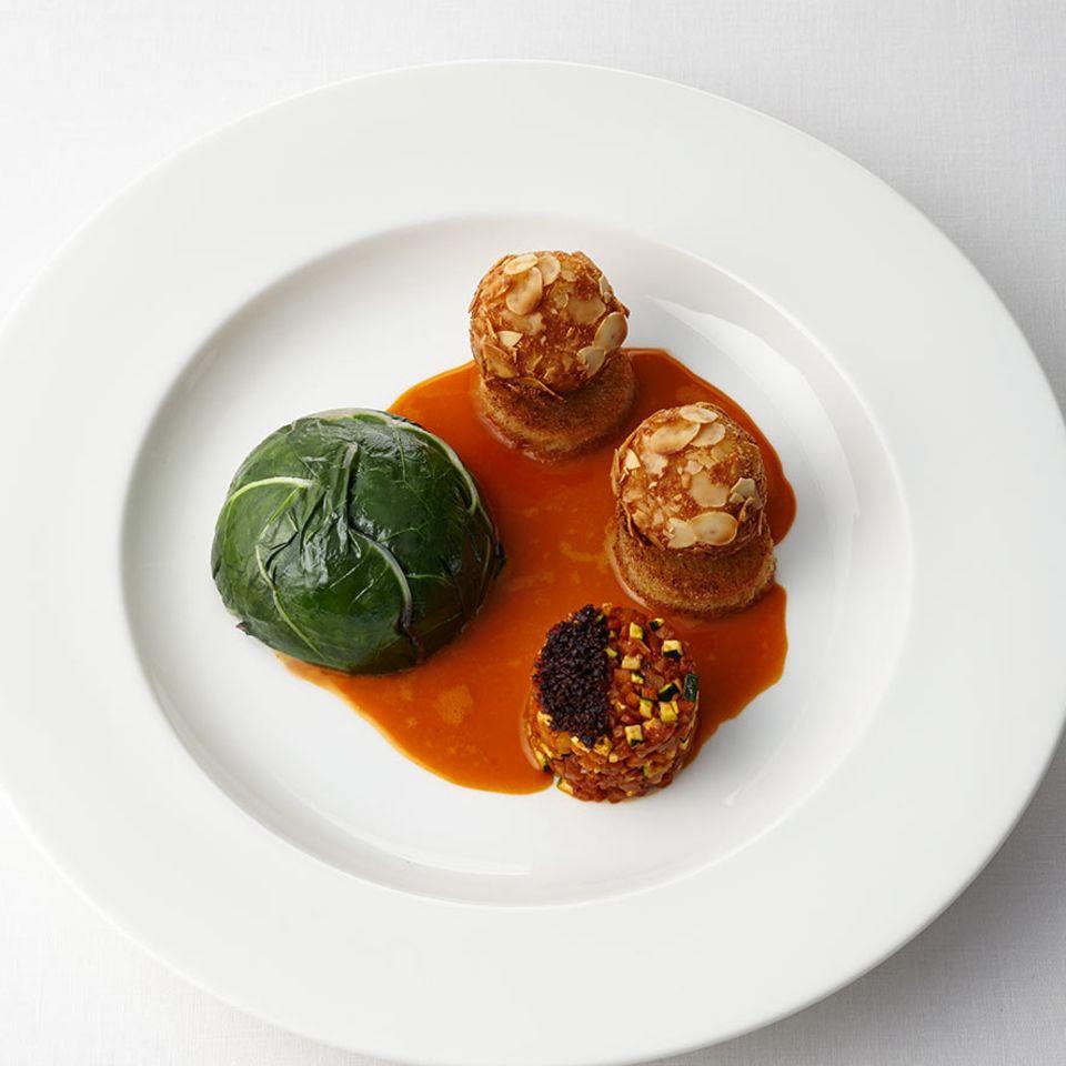 Mangoldterrine mit Möhrenessenz, Oliven und Schmorgemüse