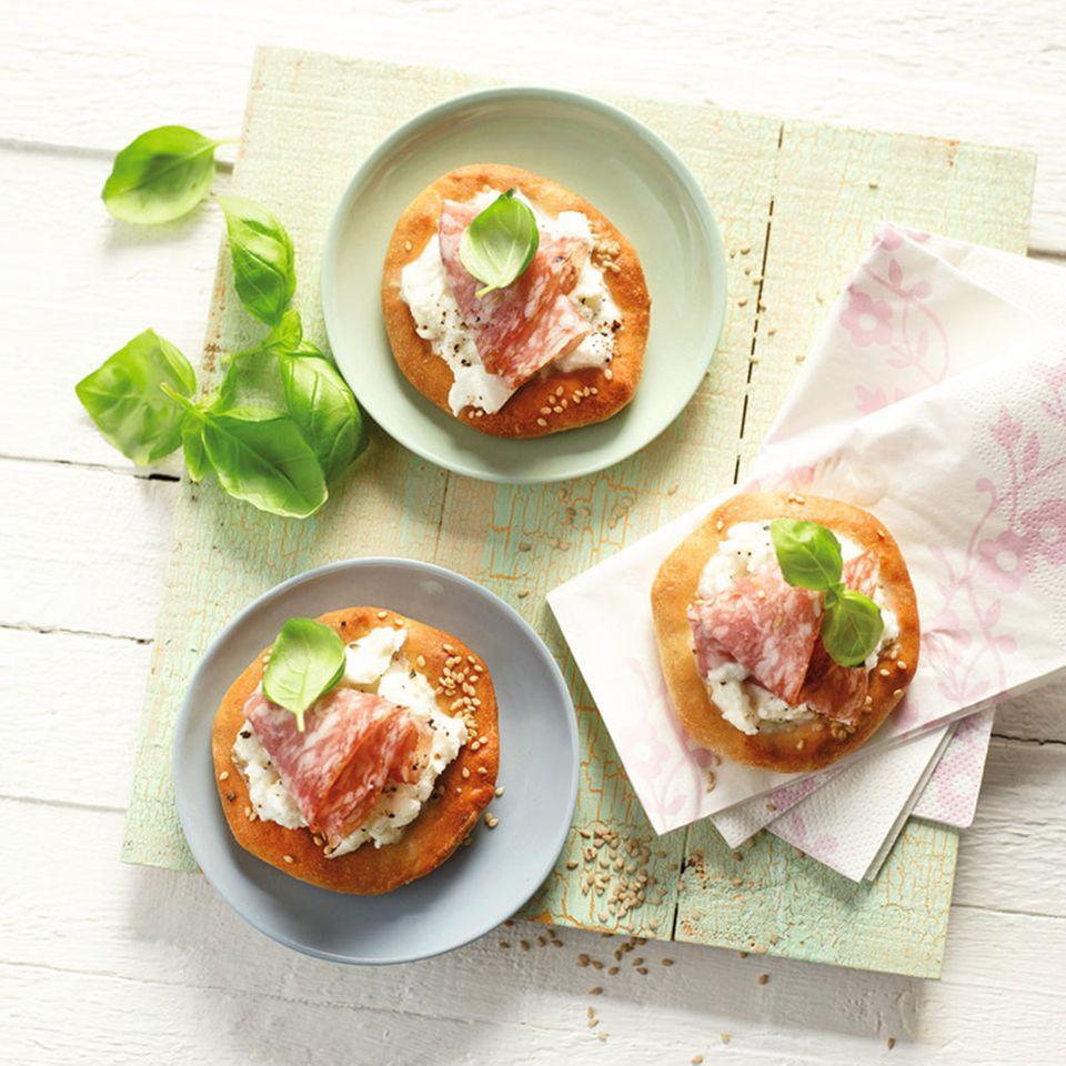 Fladenbrote mit Mozzarella und Fenchelsalami