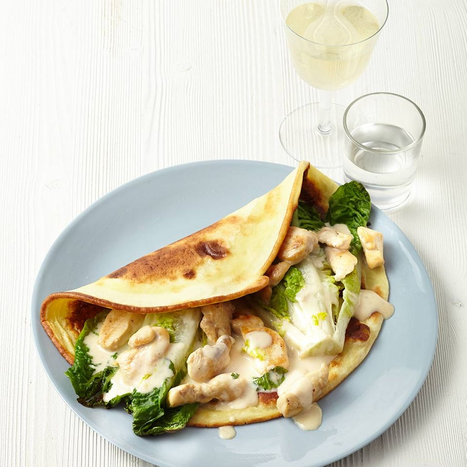 Pfannkuchen mit Hähnchenbrust in Parmesansauce