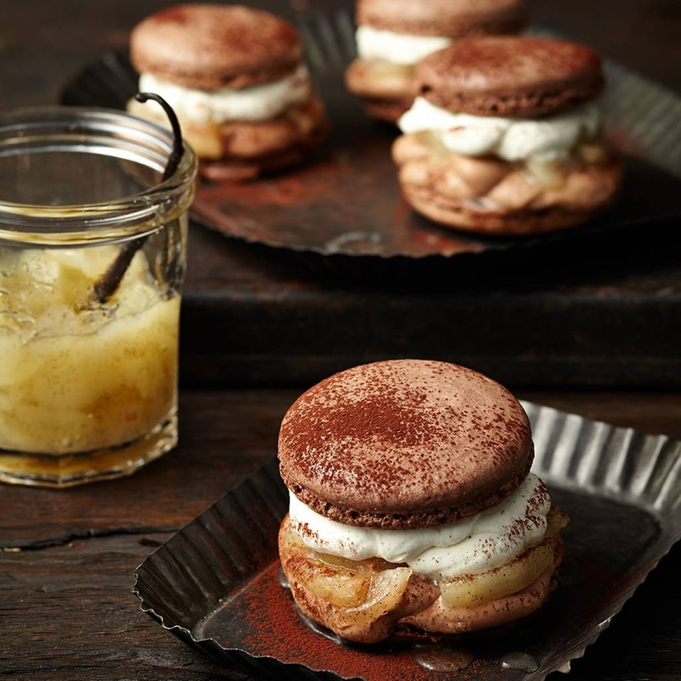 Macaron-Burger mit Birnenkompott