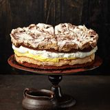 Schokoladen-Baiser-Torte mit Maracujacreme