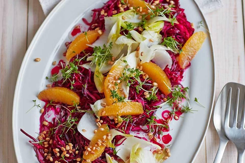 Rotkohl-Orangen-Salat mit Gersten-Popcorn Rezept